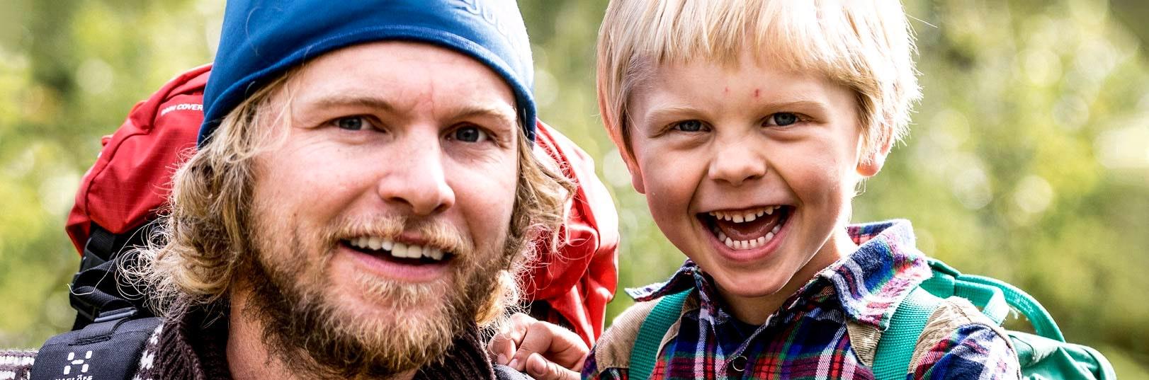 Far och son på vandring