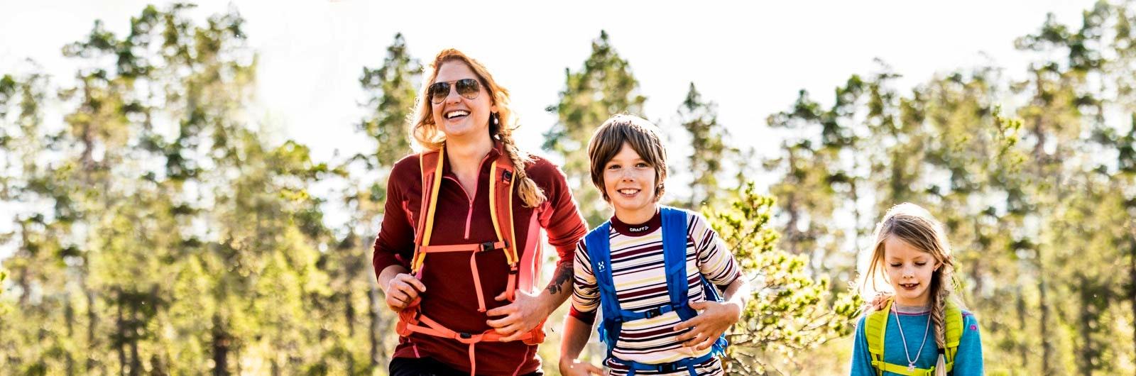 Familj på vandring i skogen