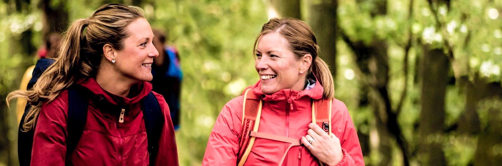 Två kvinnor vandrar i lågland