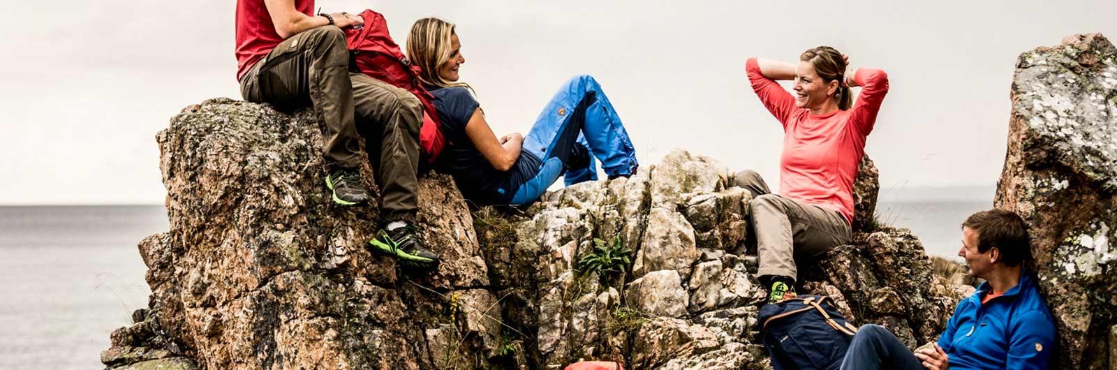 Grupp som vilar på klippor