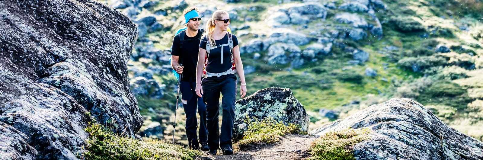 Vuxna vandrare i t-shirt på Kungsleden