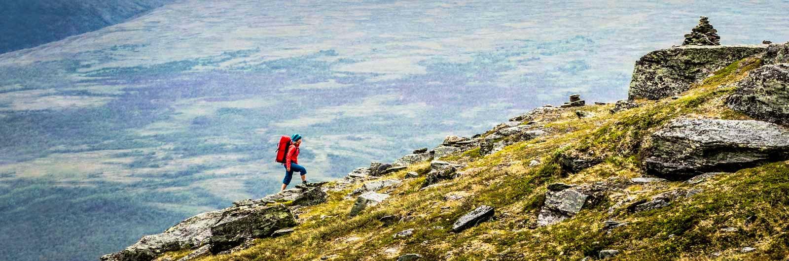 Rödklädd vandrare i vackert landskap