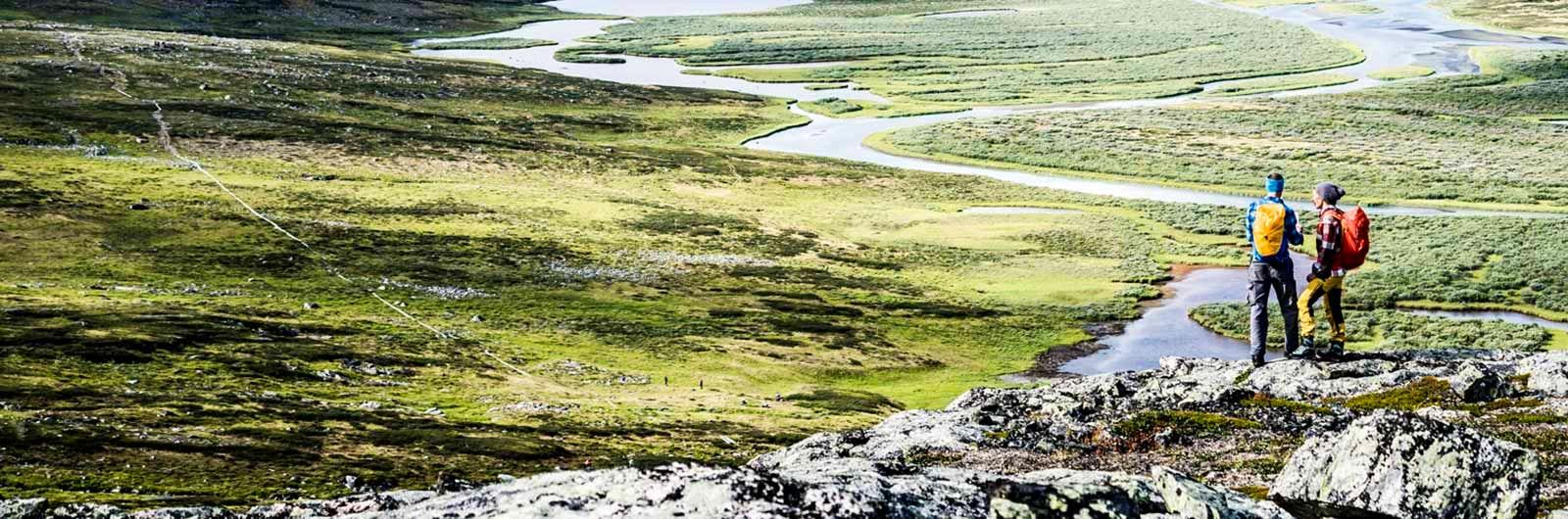 Två vandrare spanar över fjället