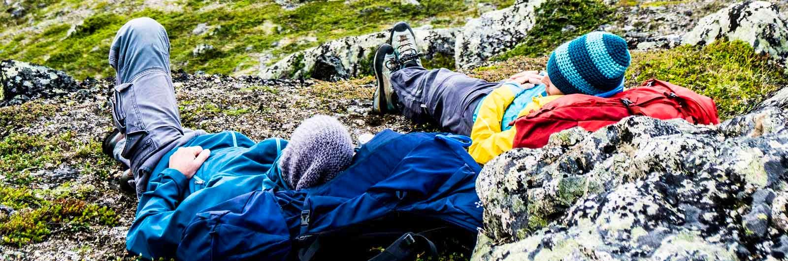 Vandrare vilar mot stenblock