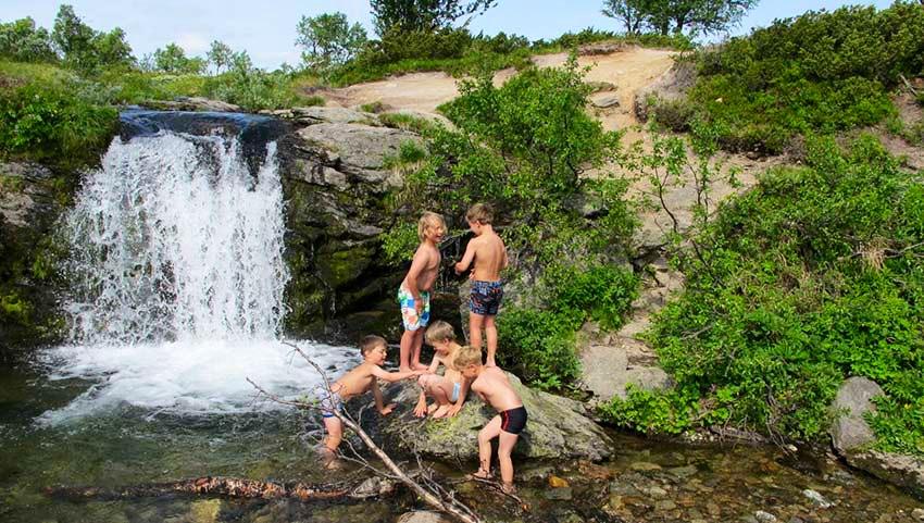 barn vid vattenfall grovelsjon