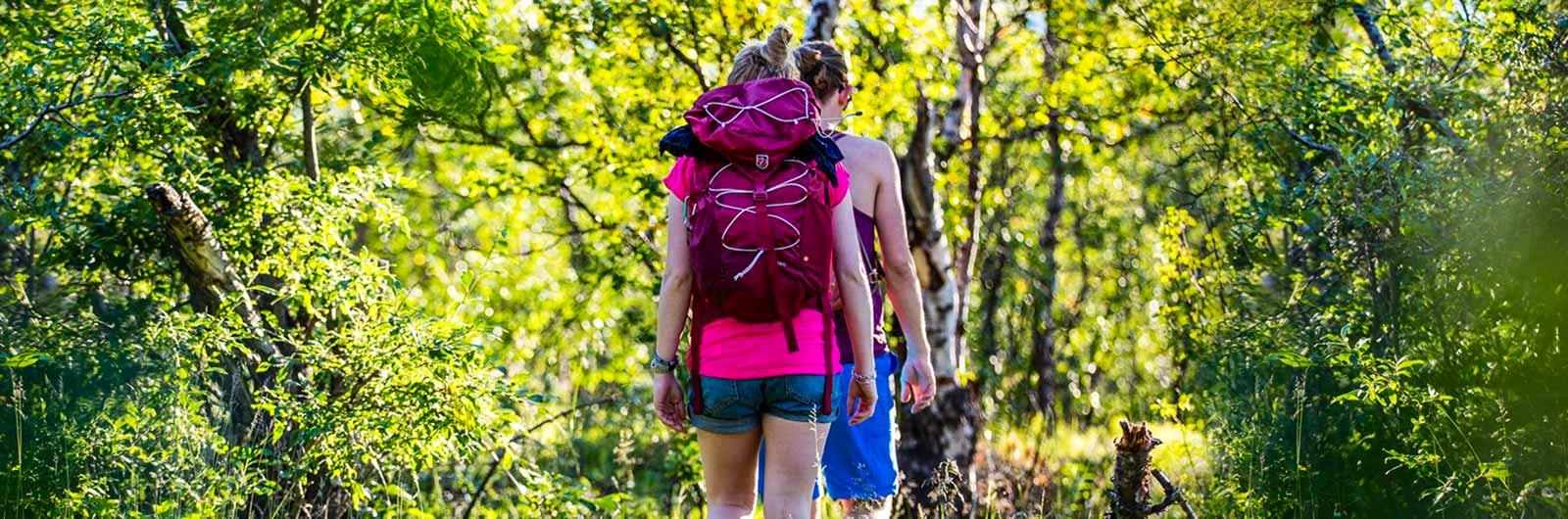 Två tjejer på skogsvandring