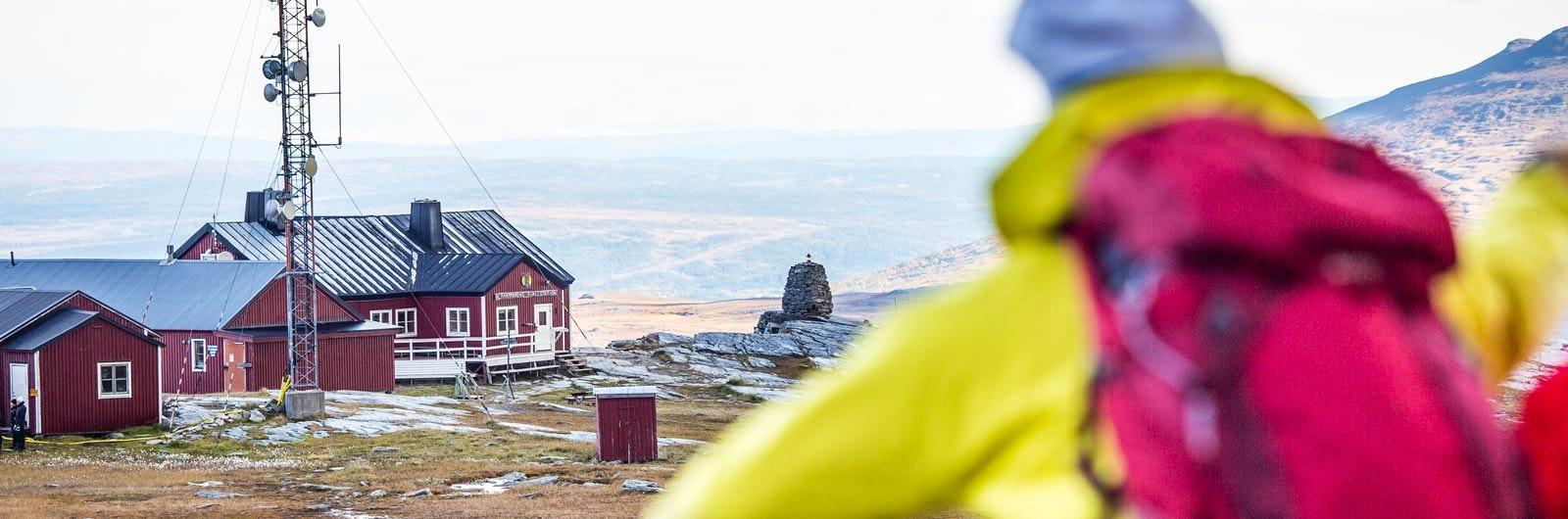 Vandrare ser utsikt över Blåhammaren