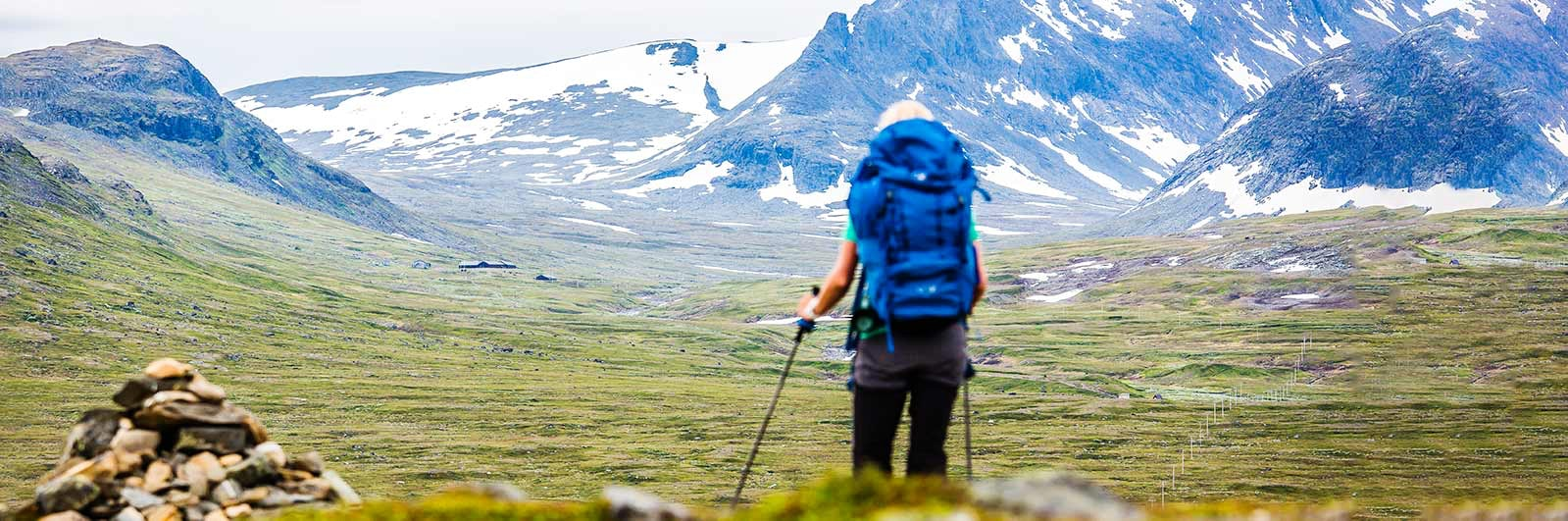Vandrare ser på utsikt över bergen