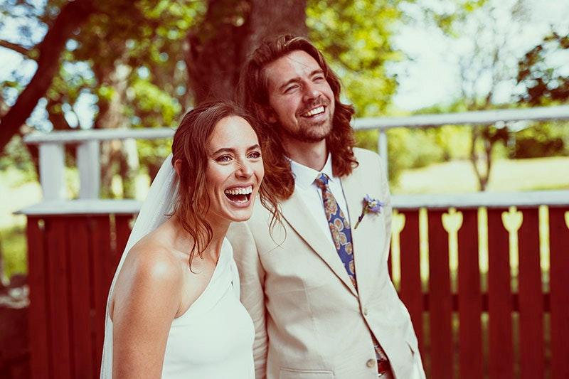 Bröllopspar lasätter gård