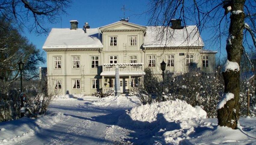 Fasadbild på Åkerby Herrgård