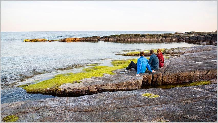 Klippig kust vid STF Brantevik/Råkulle vandrarhem på Österlen