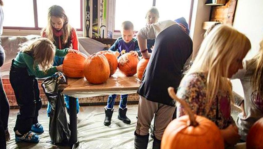 Barn karvar pumpor på Halloween i Ramundberget