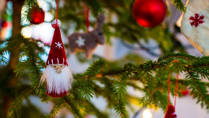 Närbild på pynt i en julgran