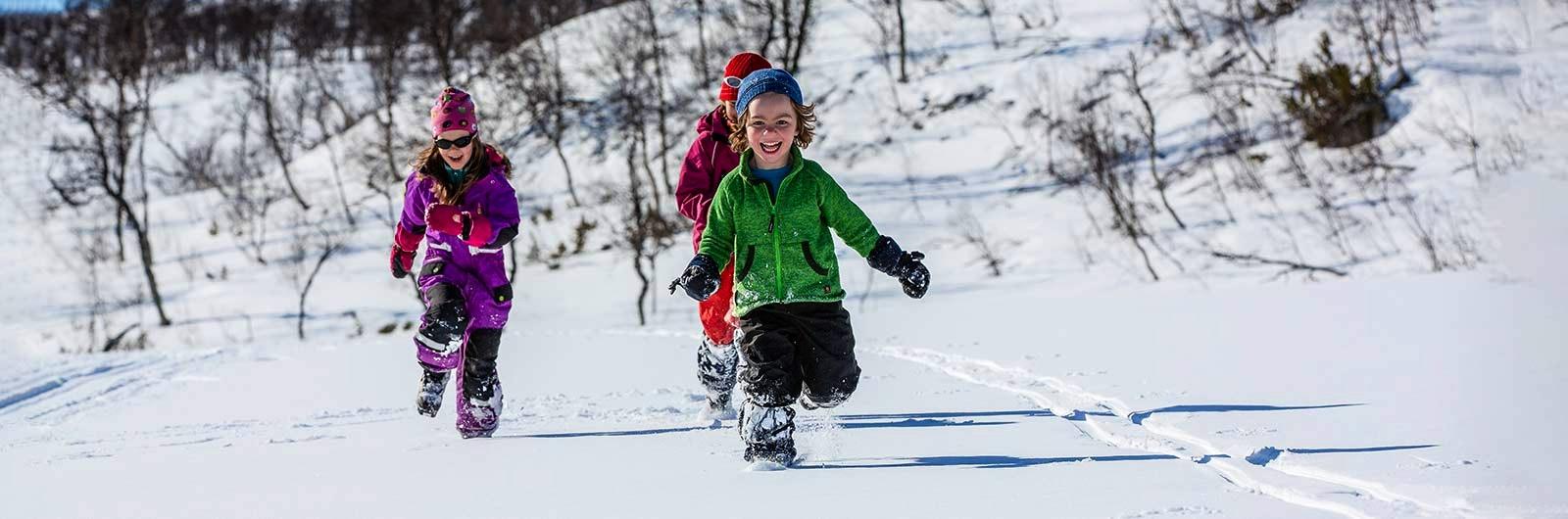 barn-leker-snön-fjäll-sportlov