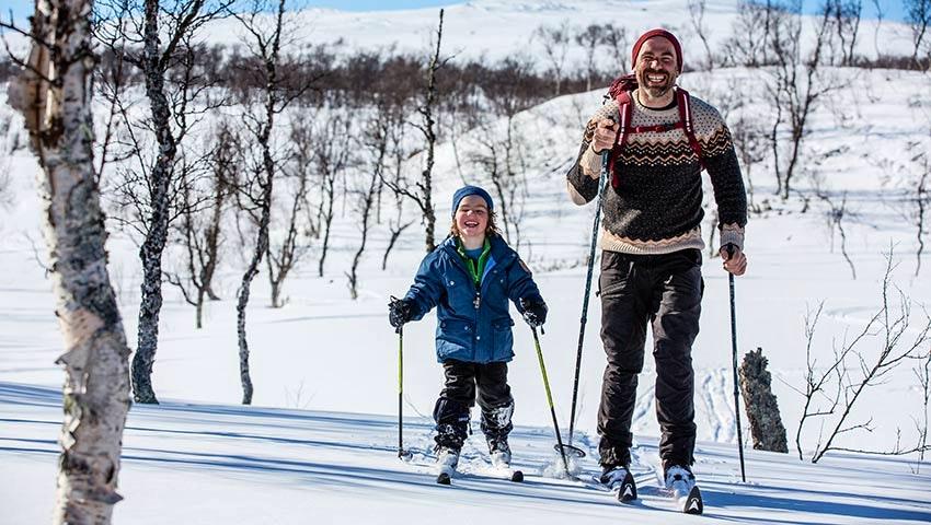 skidor-barn-pappa-glada-fjällen-snö