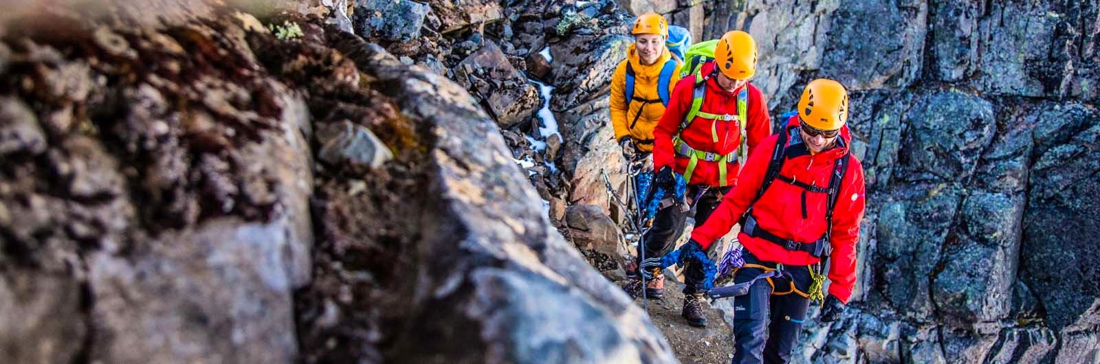 Personer som klättrar