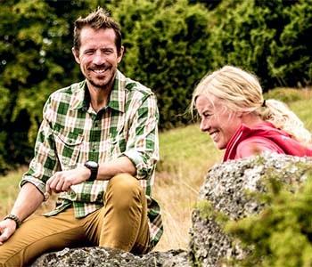 Par som pausar under vandring