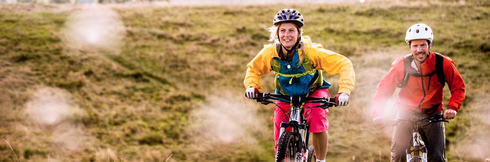 Två cyklister på mountainbikes
