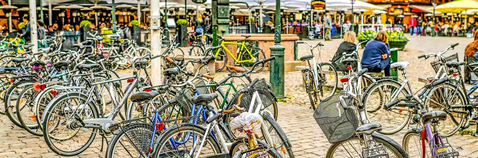 Cyklar på ett torg i Malmö