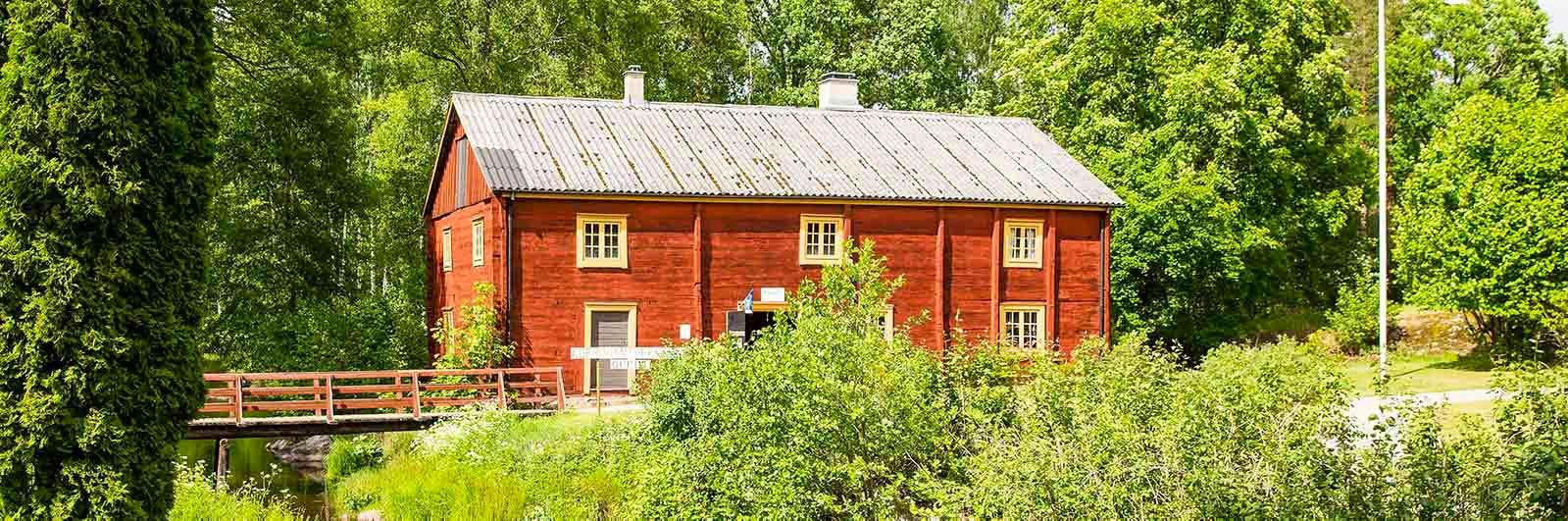 Röd stuga i Korrö hantverksby