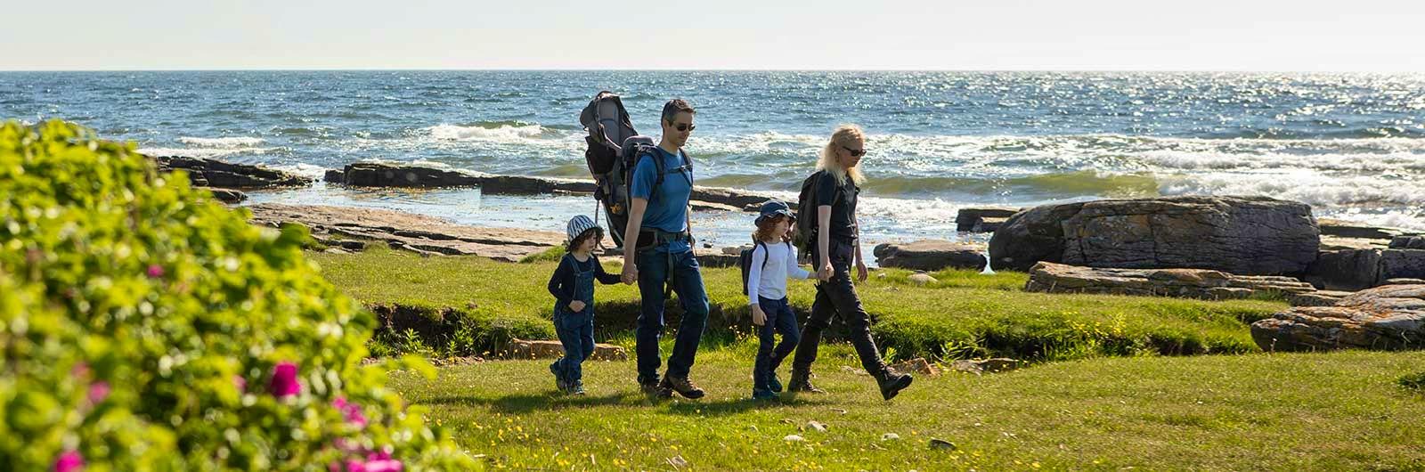 Familj vandrar vid havet i Österlen