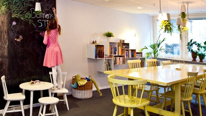 Flicka i kök på STF Vandrarhem Malmö City