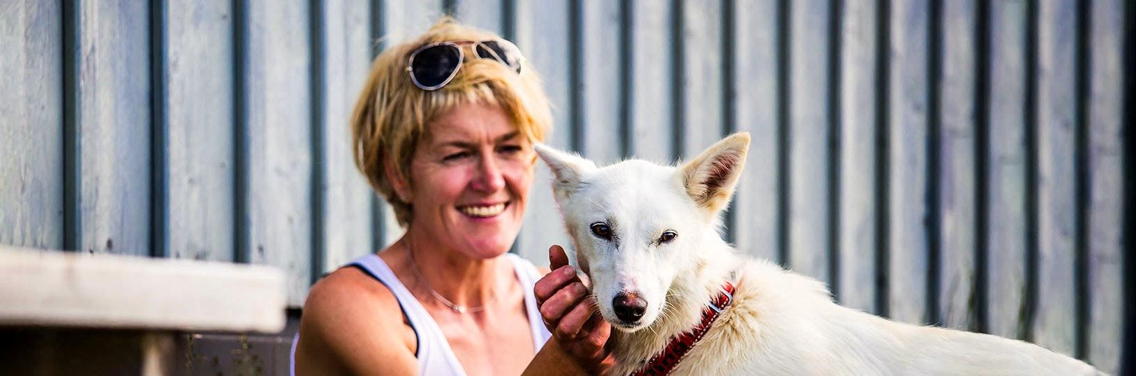 Kvinna med hund i fjällen