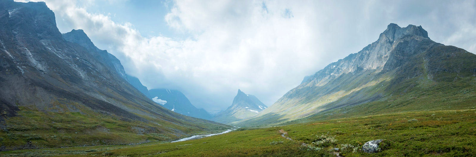 Dramatisk dal och bergslandskap
