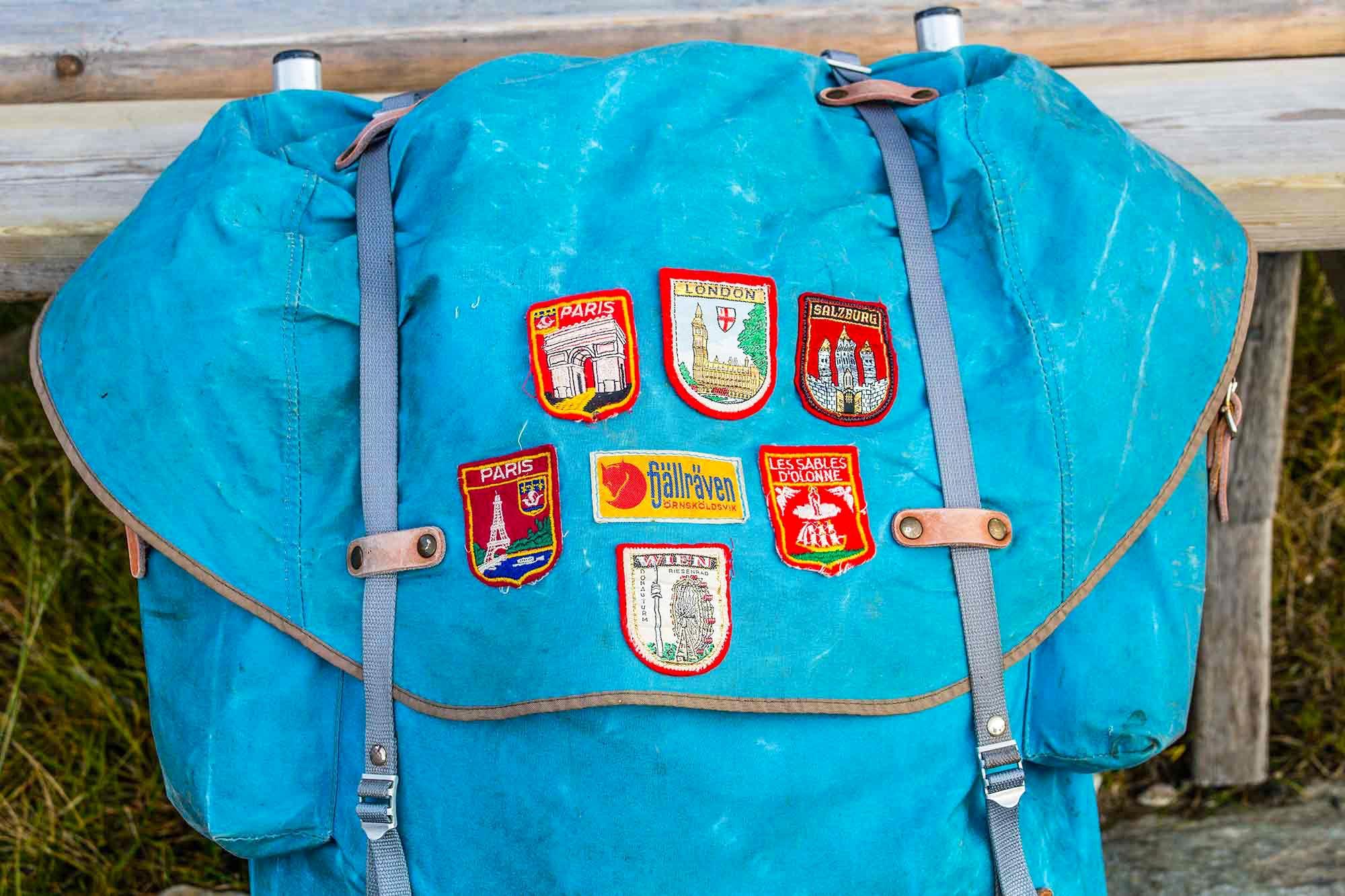 Gammal hederlig vandringsryggsäck med tygmärken