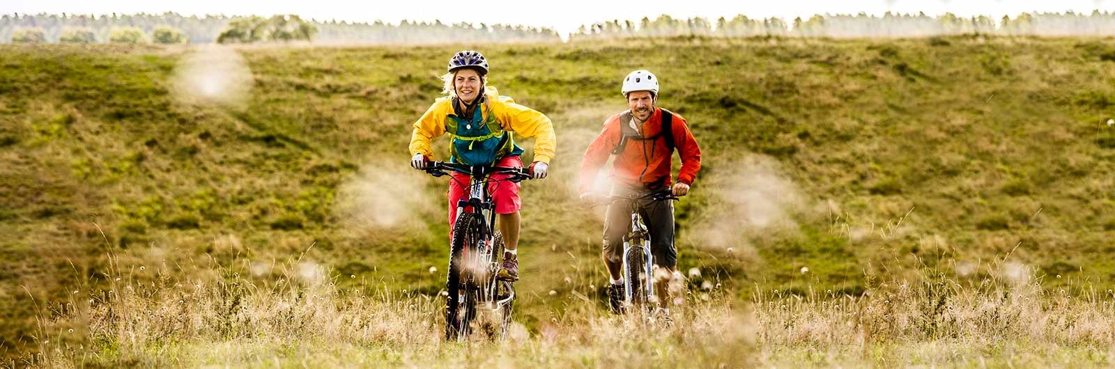 två cyklister på Österlen