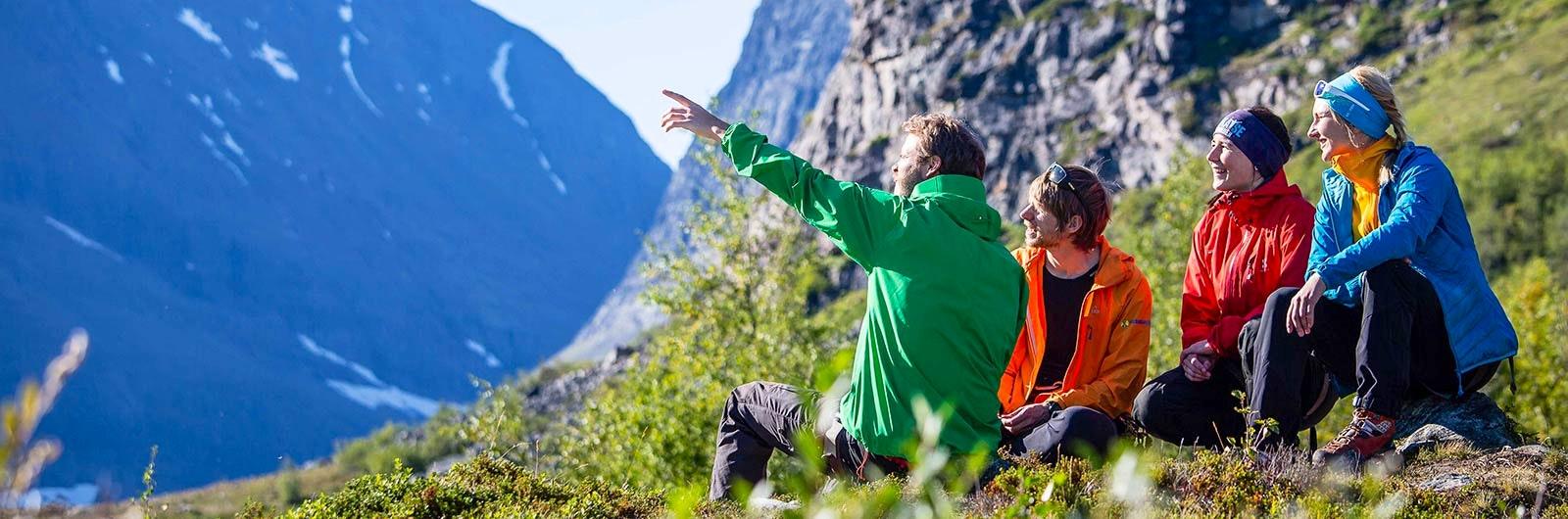 Grupp som beundrar utsikt över berg