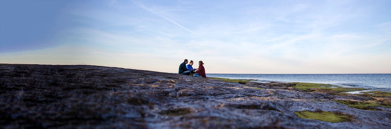 Harmonisk på en klippa i solnedgången på österlen