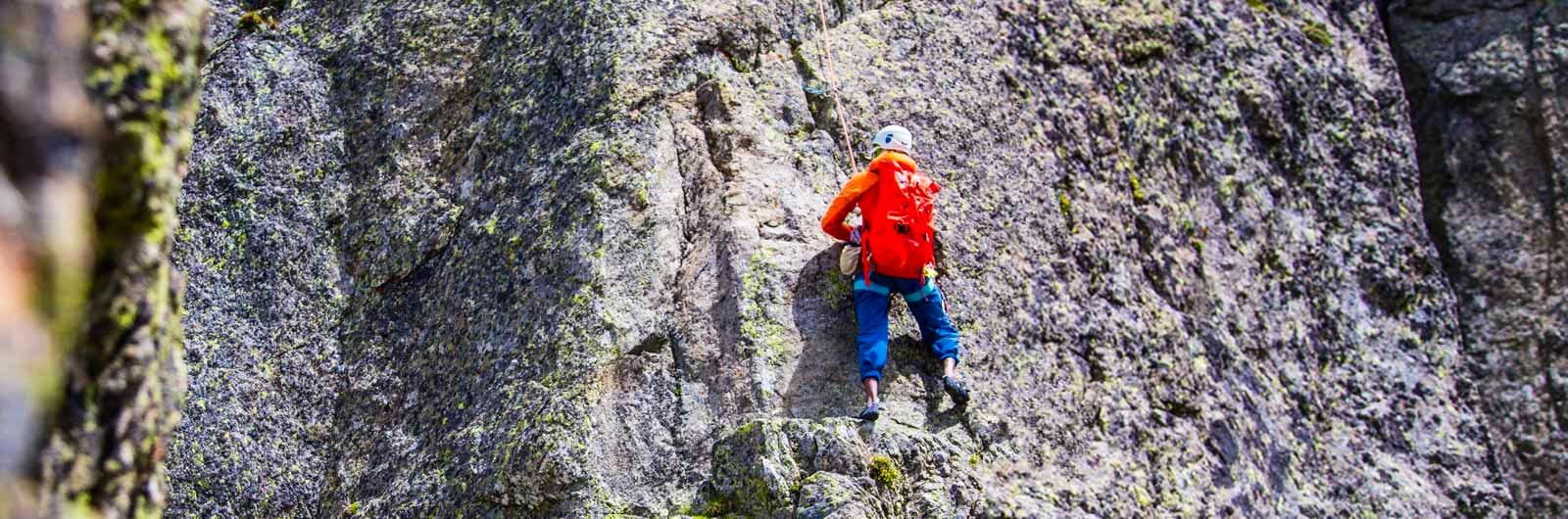 Klättrare på stupbrant bergvägg