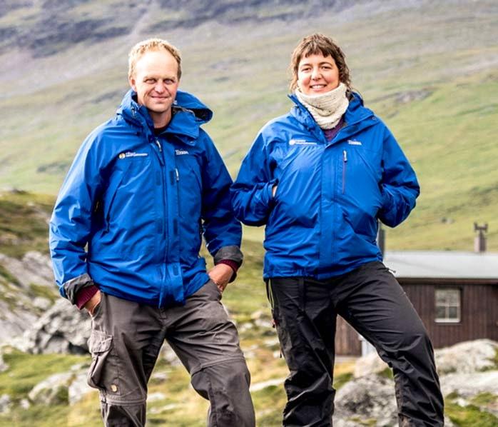 Två stugvärdar i blå jackor