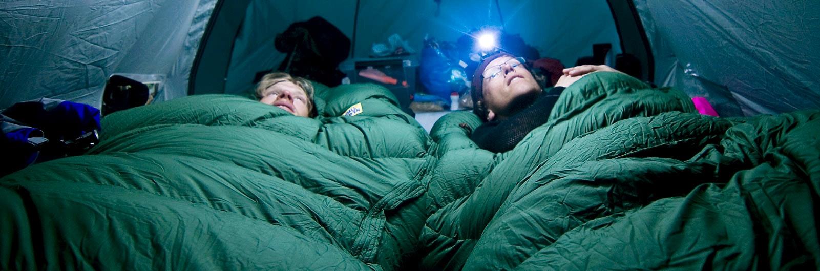 Tältare i tjocka gröna sovsäckar