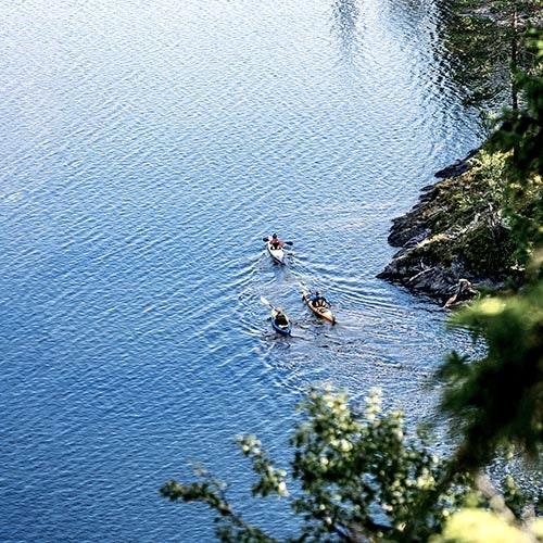tre kanoter i vattnet från ovan