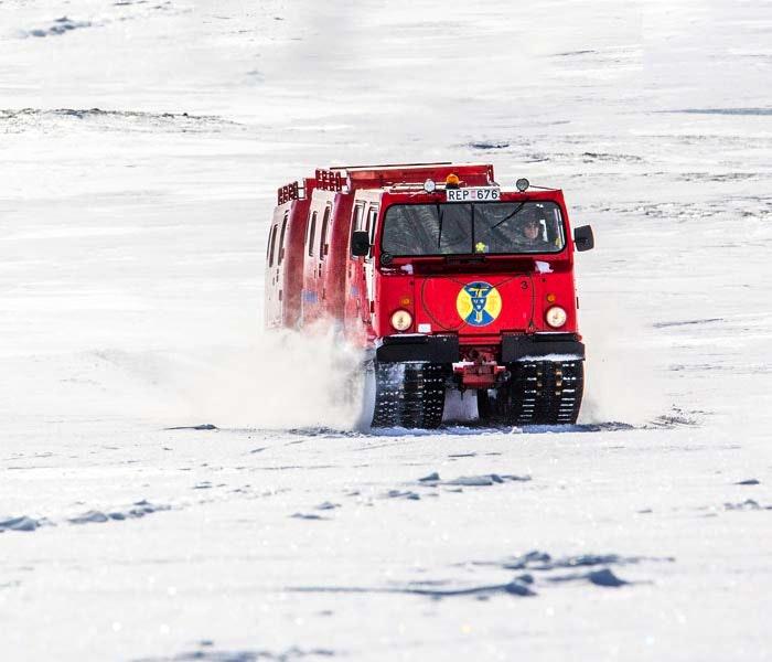 Transport i fjällen med röd vessla