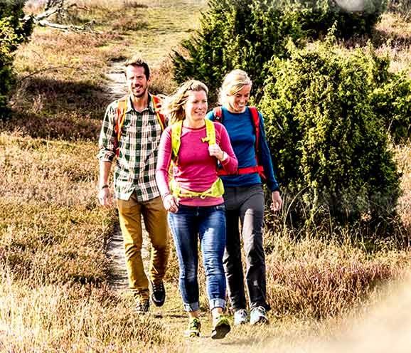 Tre glada vandrare i lågland