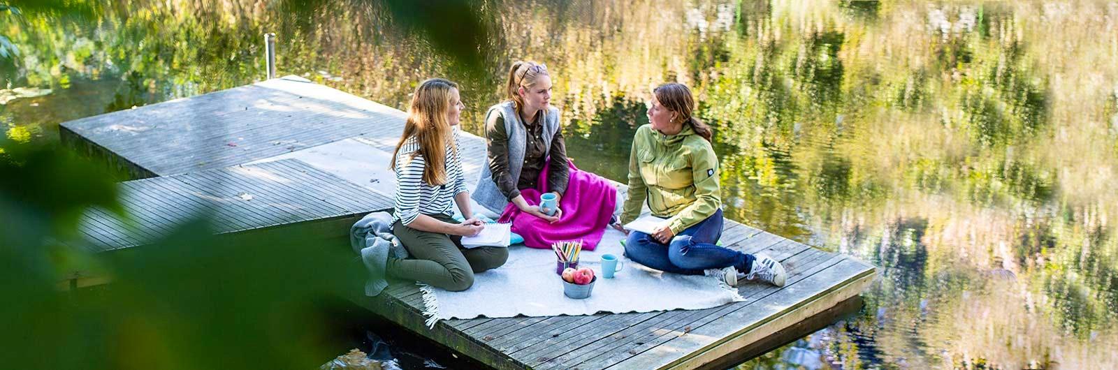 Kvinnor på brygga efter naturnära konferens