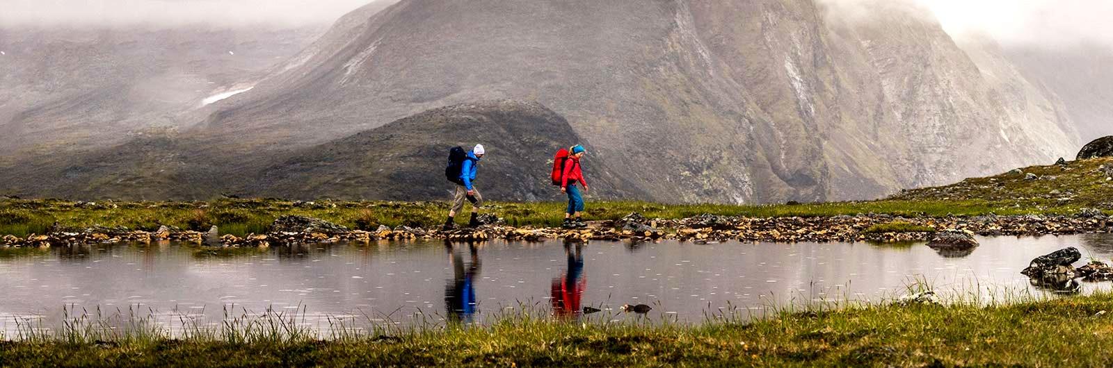 Två färgstarka vandrare bland fjäll och dimma