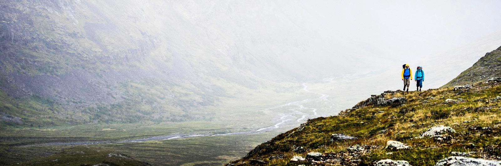 Vandrare högt ovanför floddelta vid Kungsleden