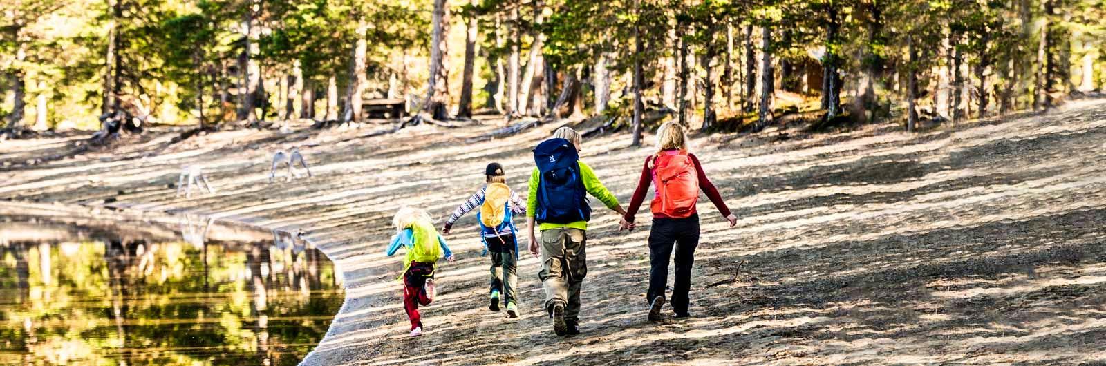 Familj med två barn på vandring