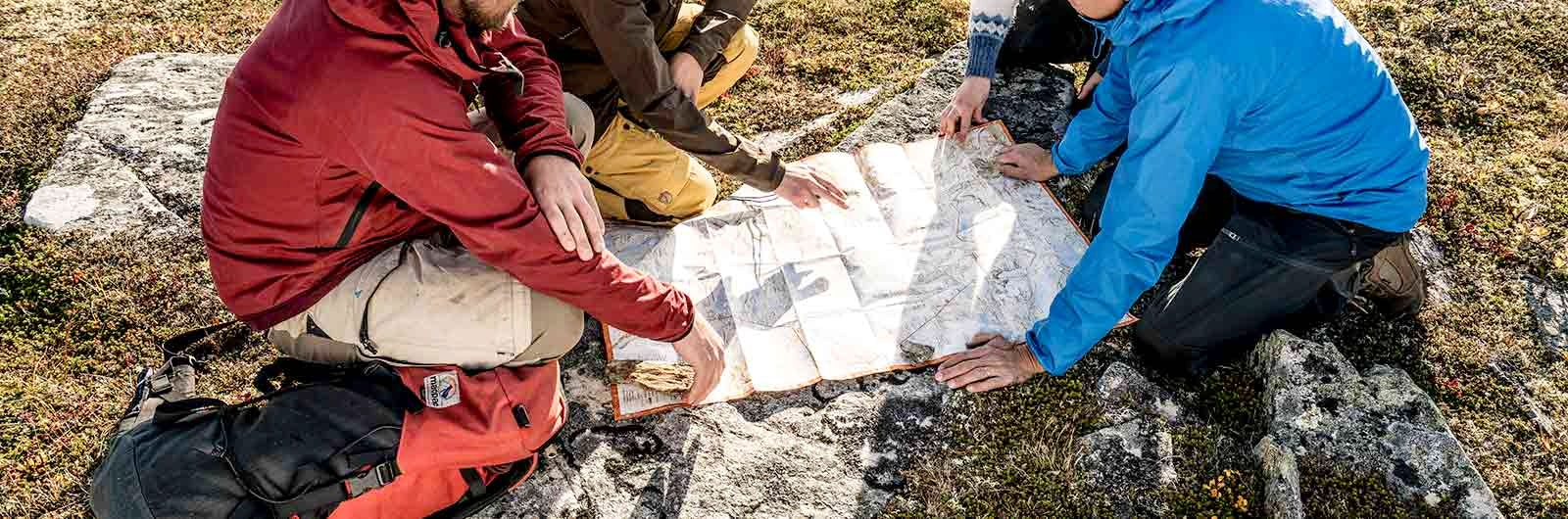 grupp-planerar-med-karta