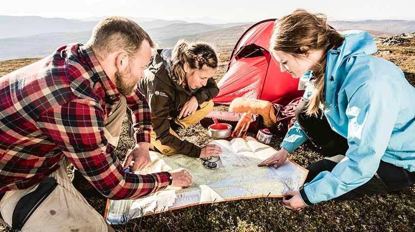Grupp navigerar med karta och kompass
