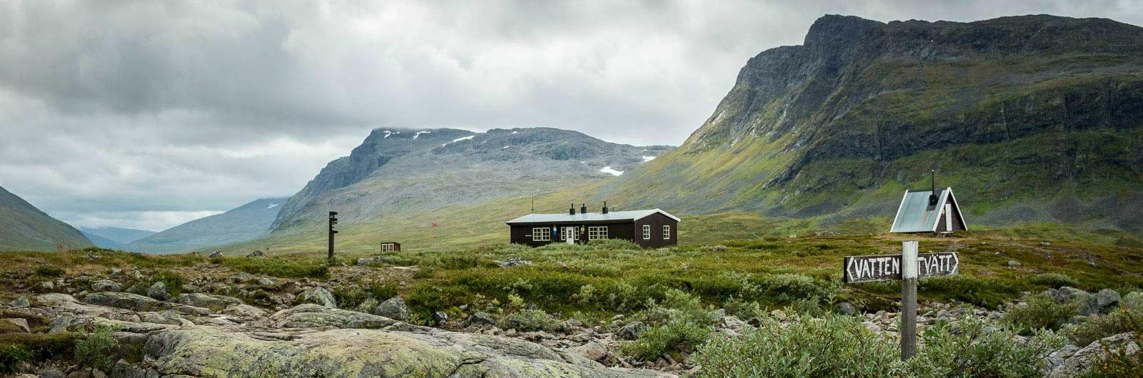 STF Singi Fjällstuga med berg i bakgrunden
