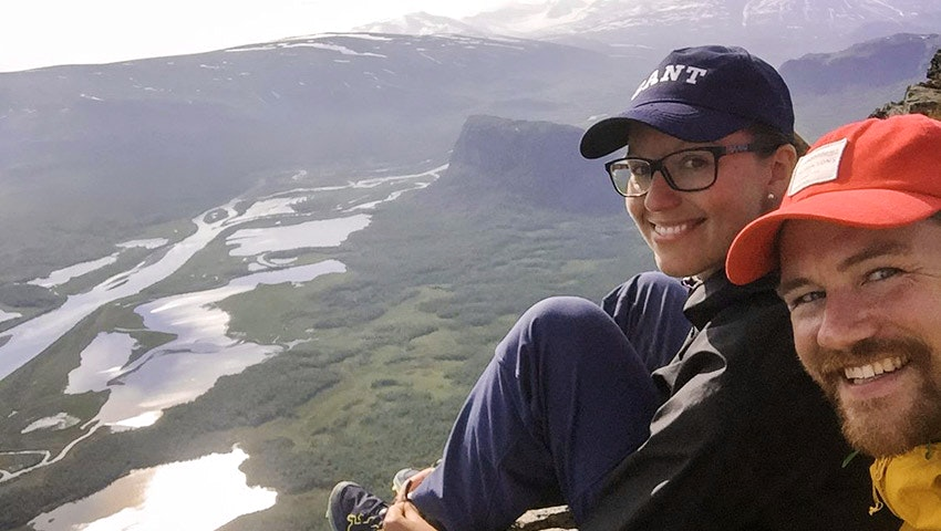 Selfie på Emilia med fästman vid utsiktsplats