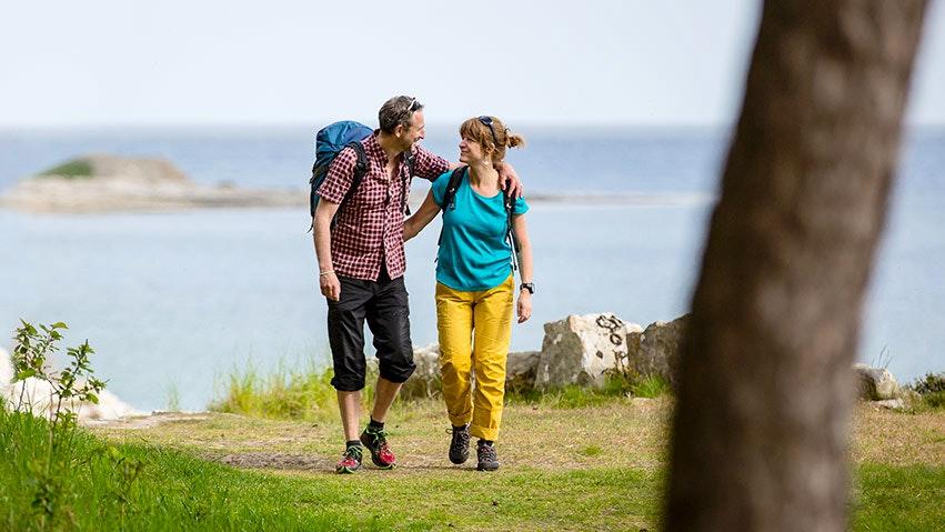 Par vandrar mellan boenden på Österlen