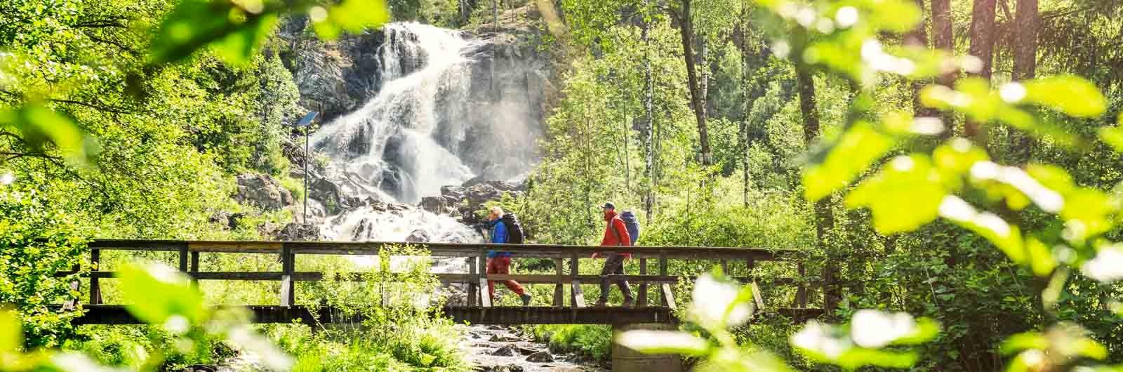 Par vandrar över bro längs Bohusleden