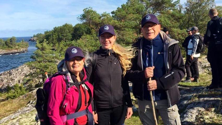 Grupp med glada vandrare
