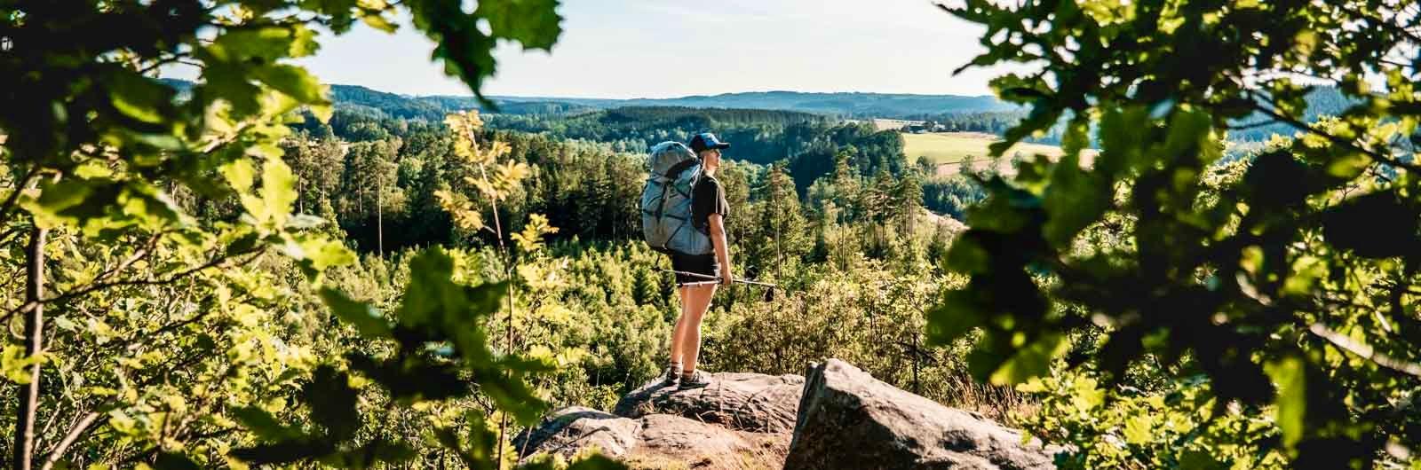vandrare njuter av utsikt längs hallandsleden